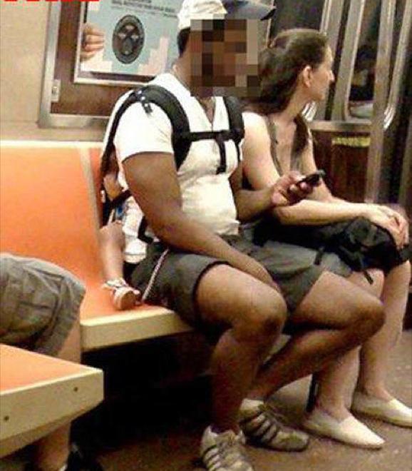 papá en el metro con su hijo en la espalda mientras lo aplasta
