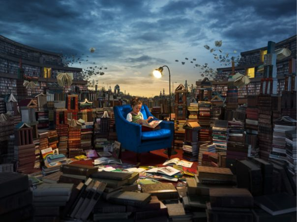 niña leyendo miles de libros
