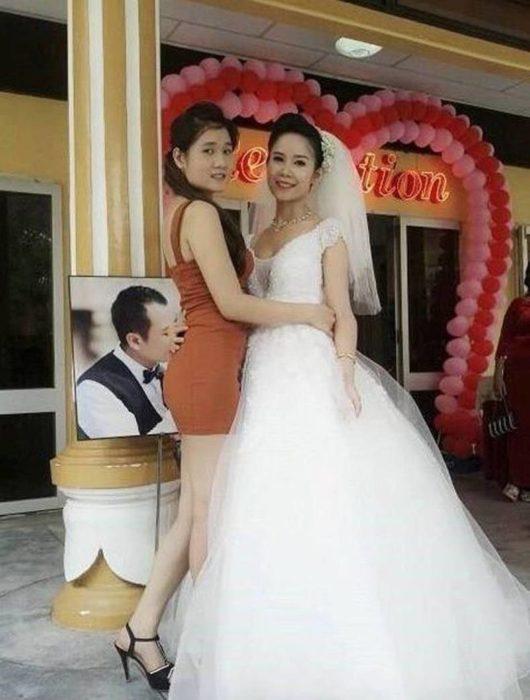 Fotografía en donde parece que el novio está besando el trasero de una invitada a su boda