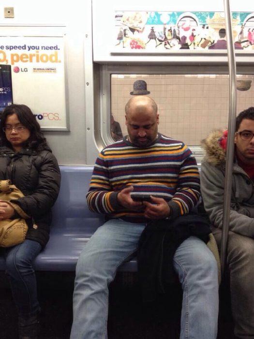 Hombre en tren con pequeño sombrero