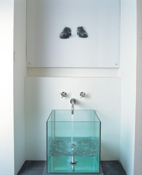lavabo moderno, cubo de agua