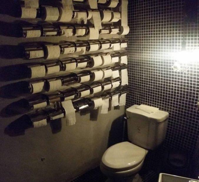 muchos rollos de papel en el baño