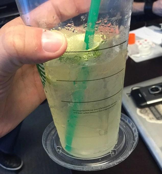 Vaso de bebida fria con portavasos