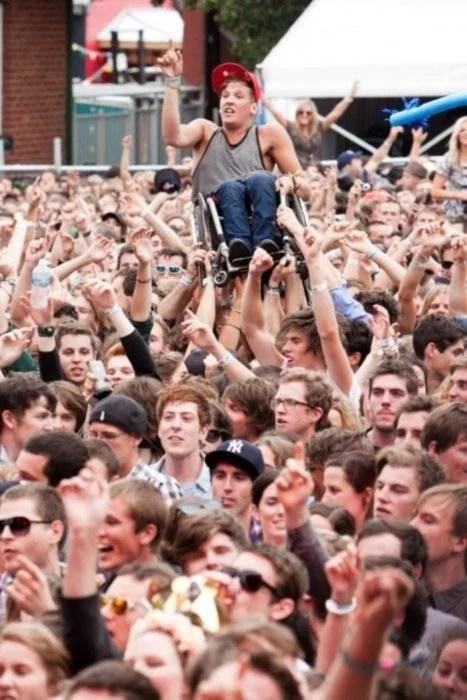 foto de concierto y todos levantan a muchacho en silla de ruedas