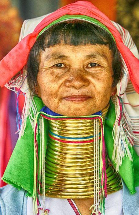 mujer con envergadura de cuello