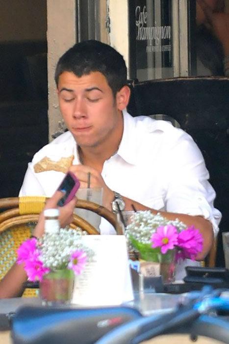 Famosos comiendo Nick jonas