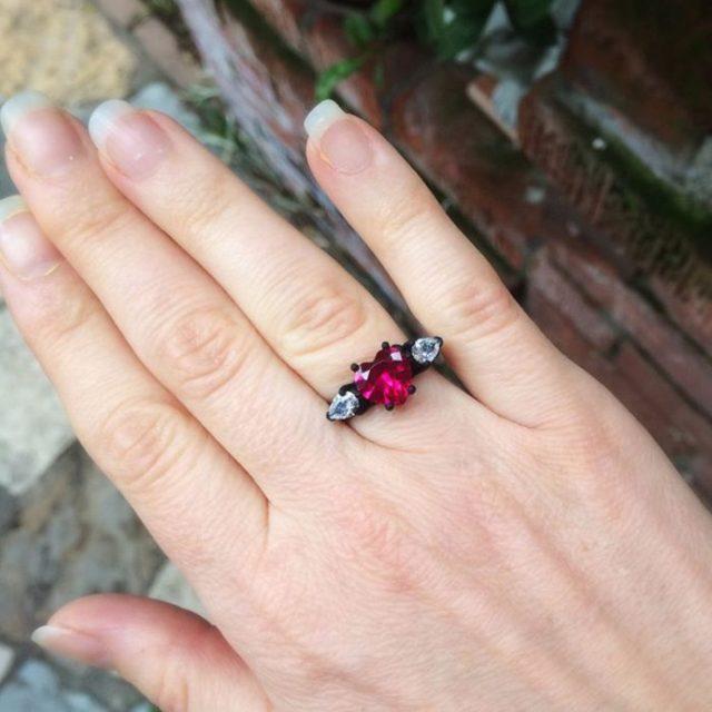 mano con anillo