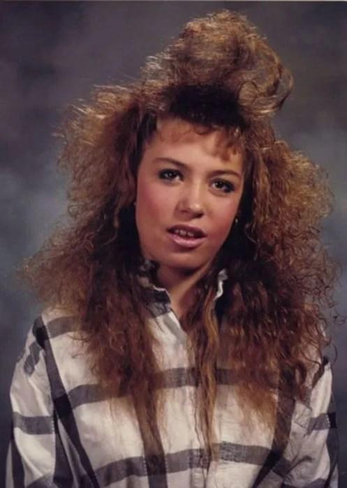 mujer de camisa a cuadros con el pelo esponjado