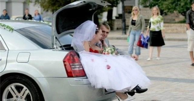 novios en la cajuela del carro