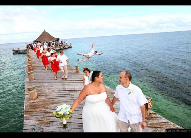 hombre se avienta al agua en fotografía de boda