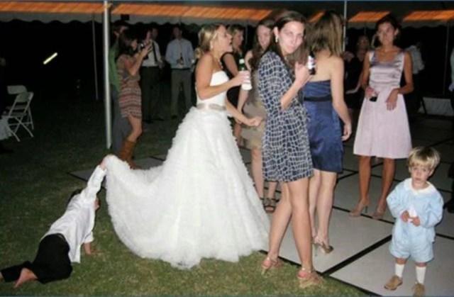 niño viendo abajo del vestido de novia