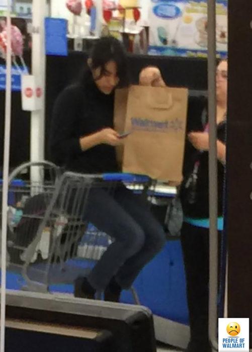 mujer en la carrito de compras en la parte de los niños