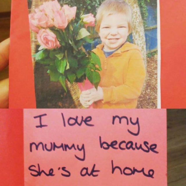 niño con flores