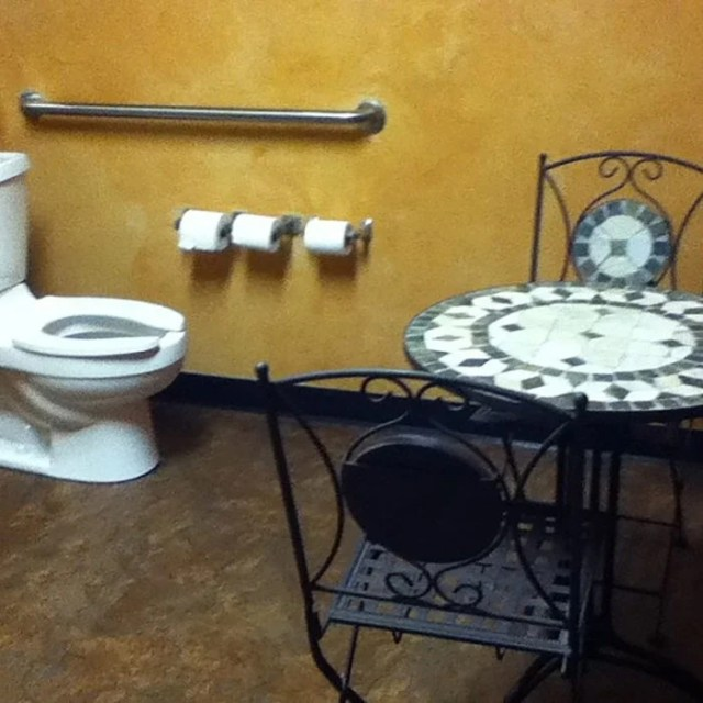 baño con una mesa y 2 sillas