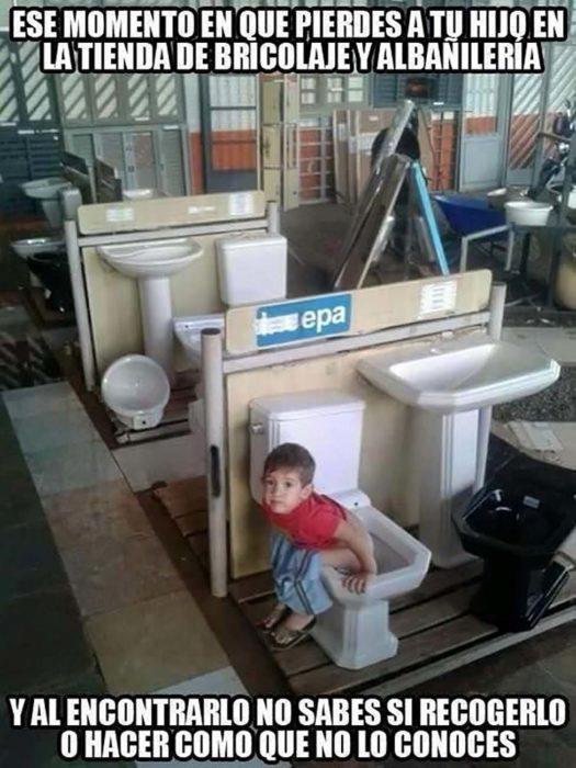 niño haciendo del baño en un inodoro de muestra en una tienda