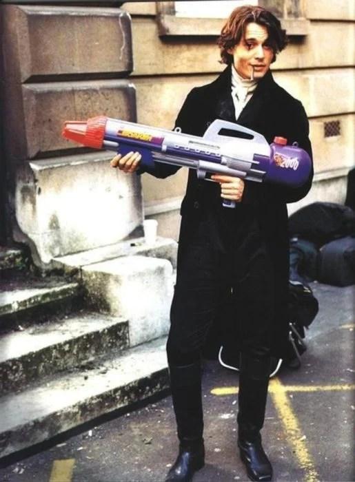johnny depp coo ichabod crane con una pistola de agua