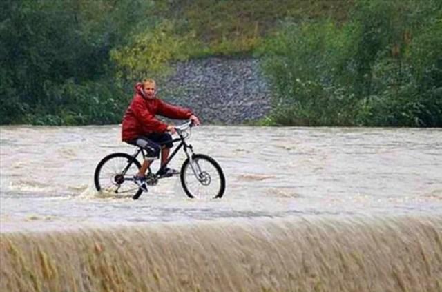 hombre manejando una bici en una cascada