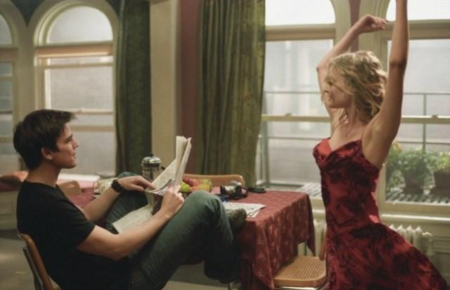 el piso película mujer bailando vestido rojo muchacho leyendo