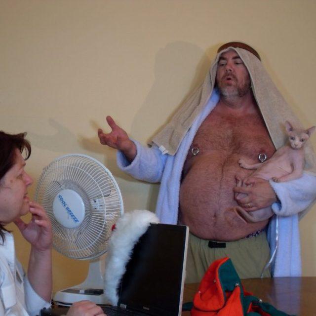 hombre con gatito vestido de árabe