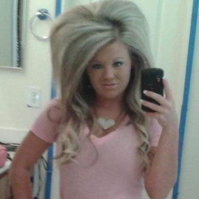 mujer con el pelo esponjado rubio platinado
