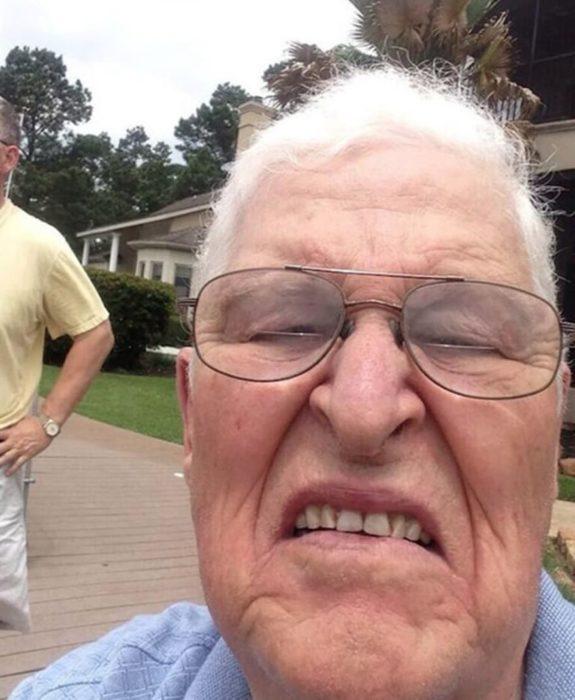 anciana se jala una selfie accidentariamente
