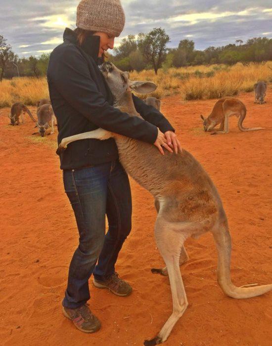 foto mujer y canguro abrazados tiernamente