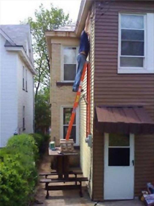 hombre pintando la casa la escalera sustentada en una mesa