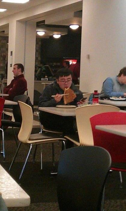 comiendo pizza con pinzas