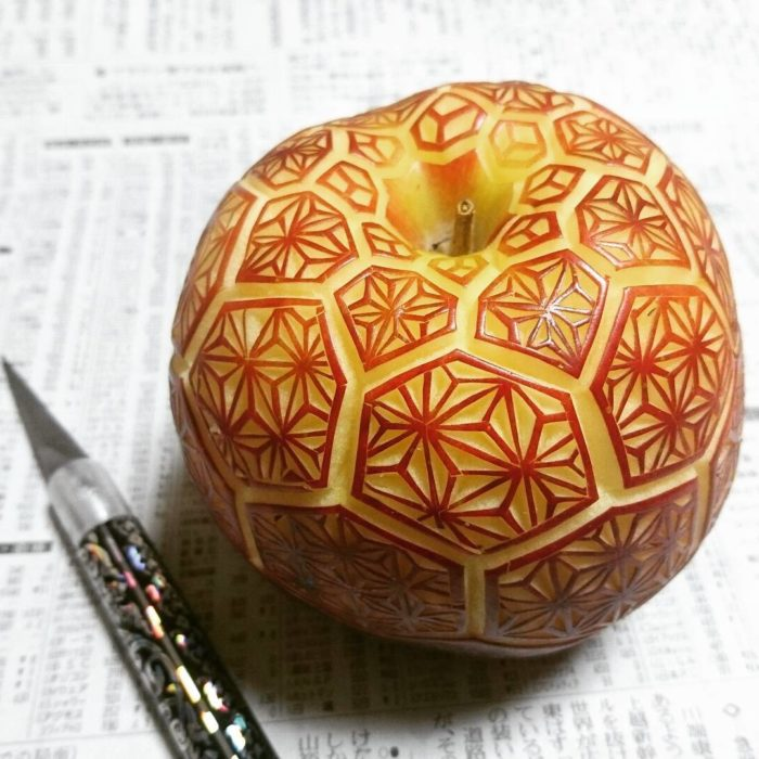 diseño tallado en manzana