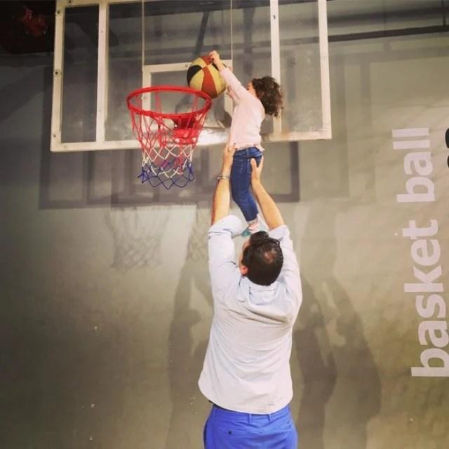 papá jugando basket ball