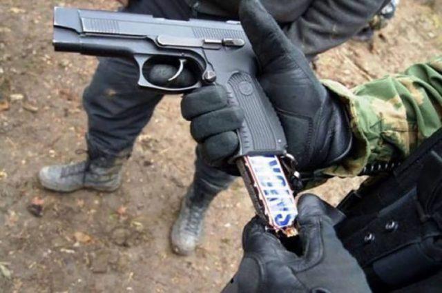 barra de snickers en pistola