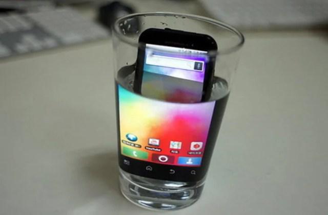 celular dentro de vasito con agua
