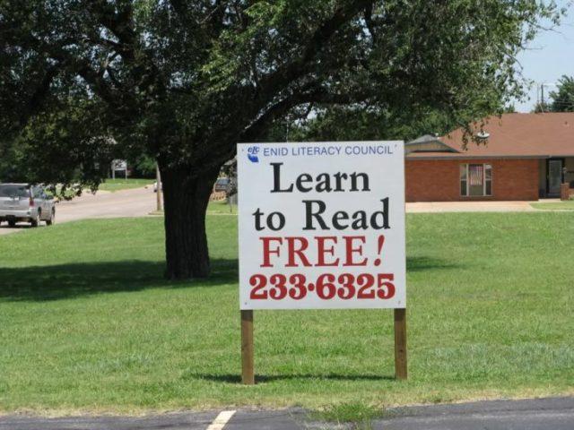cartel que afirma aprende a leer