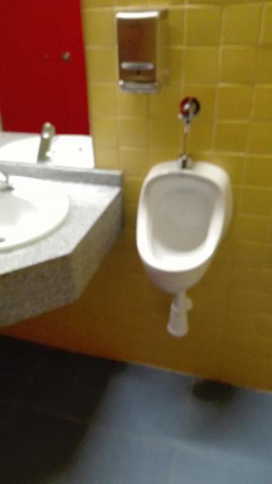 baño pegado a un lavabo