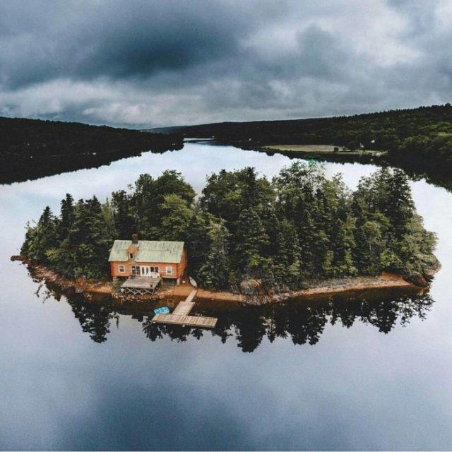 cabaña en una isla en medio de un lago