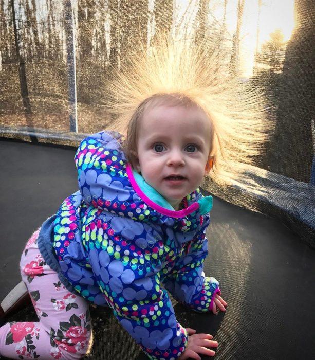 niña con el pelo con estática