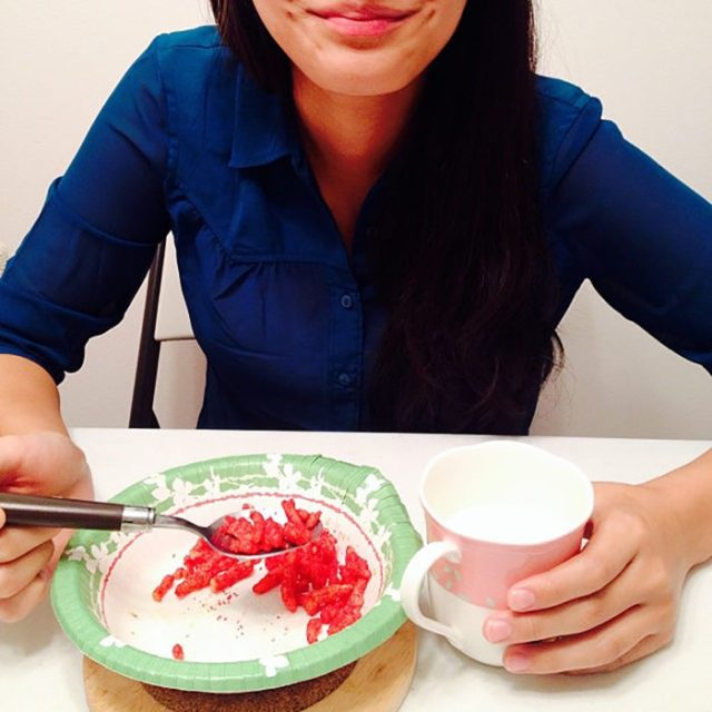 chicaa comiendo chetos con leche