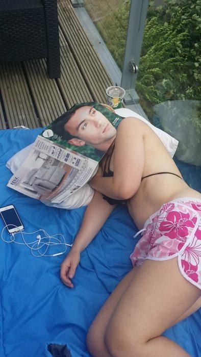 chica dormida con una gaceta encima