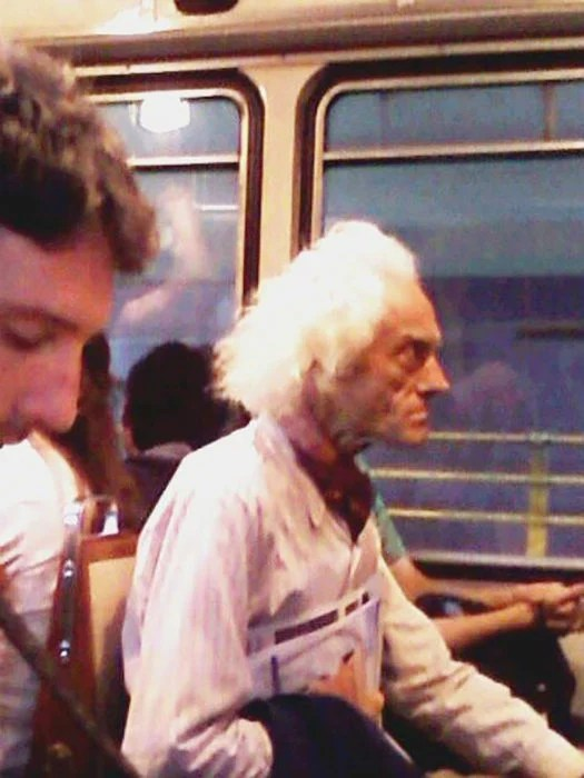 doc de regresar al futuro en el transporte público