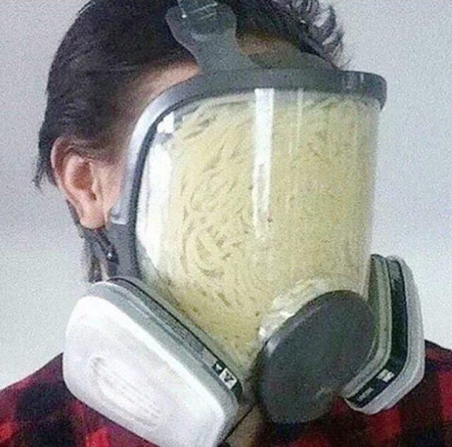 hombre con careta de gas llena de sopa