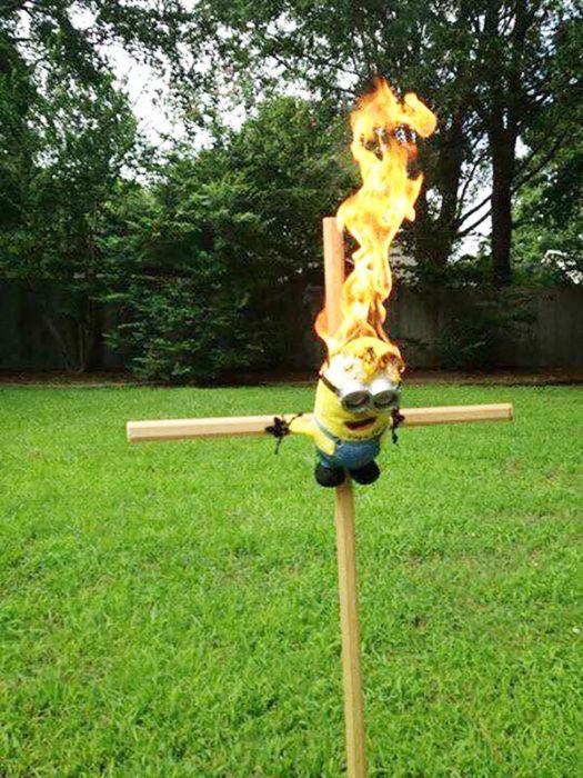 minion en llamas atado a una cruz