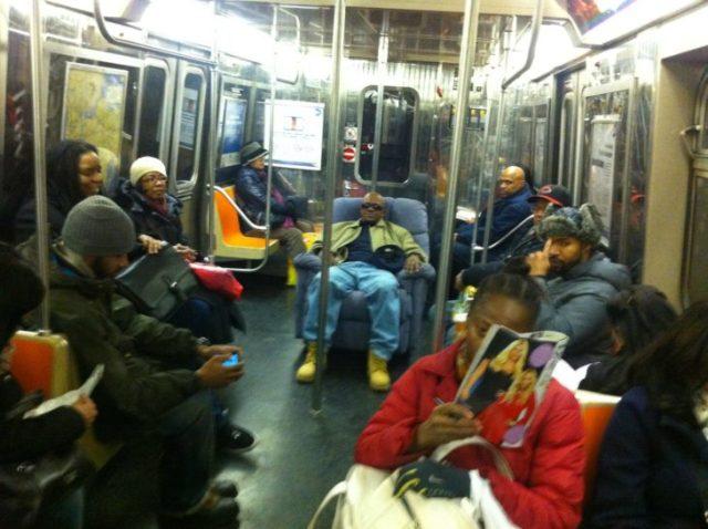 hombre se lleva su sillón para sentarse en el metro