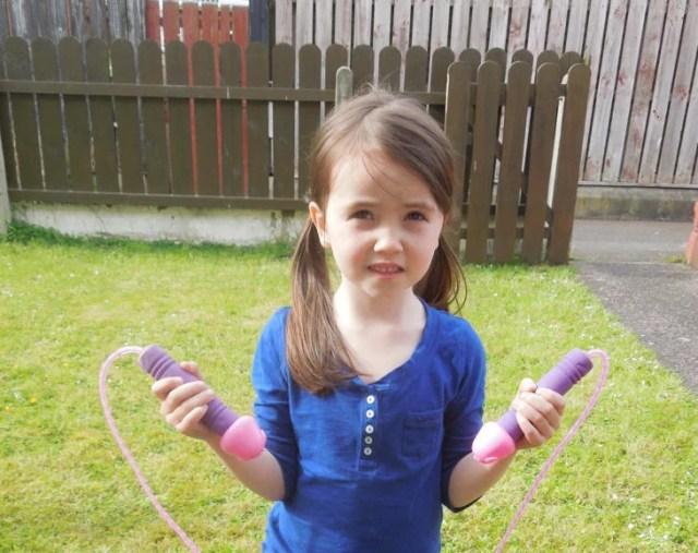 niña con cuerda para saltar