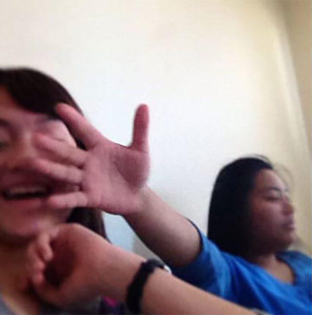 mujer coloca su mano en el semblante de otra mujer
