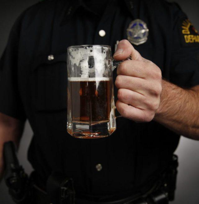 un policia bebiendo cerveza