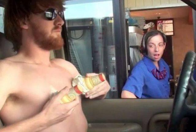 hombre sin camisa se ponde 2 conos de nieve en los pezones