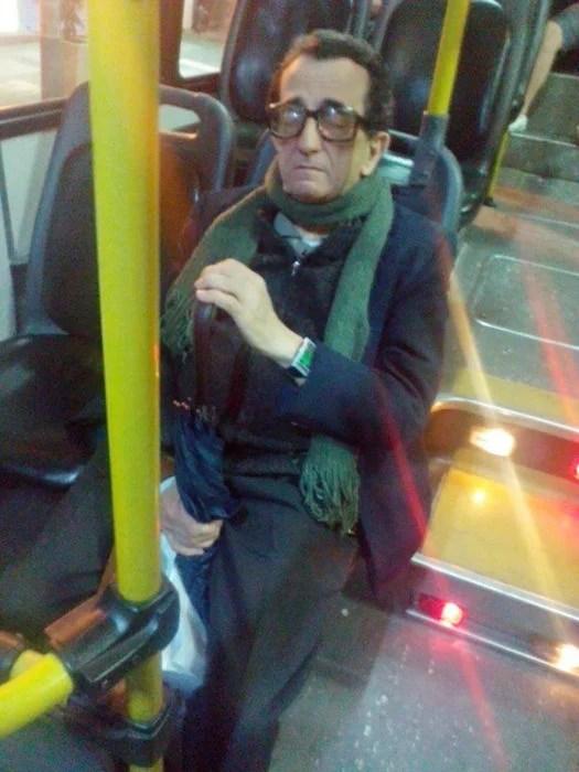 parecido a Woody Allen en el transporte público