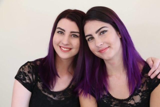 Dobles - poseen el pelo morado