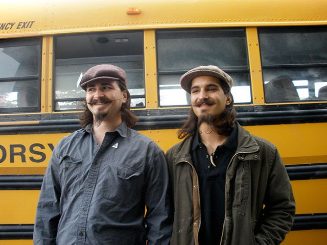 Dobles - hipsters con boina y pelo largometraje