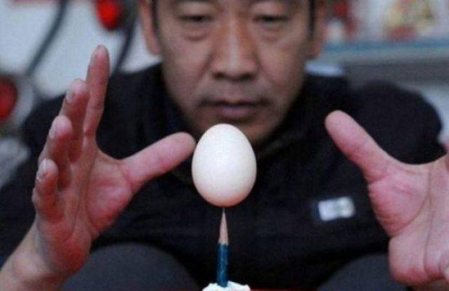 lapiz equilibrando un huevo